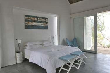 La deuxième chambre de la villa, spacieuse et ouverte sur la terrasse