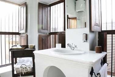 Intérieur d'une salle de bain. Les salles de bain sont toutes différentes, petites ou plus spacieuses !