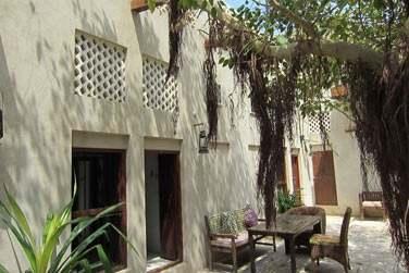 Devant les chambres ont été aménagés des petits coins de détente à l'ombre des arbres