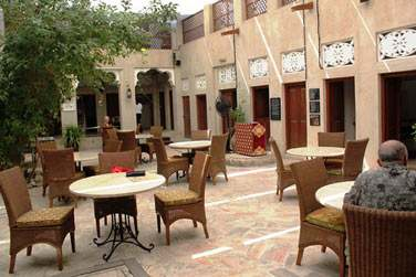 Sur la terrasse en plein air et abritée par de grands voilages ou dans la salle à manger, ...