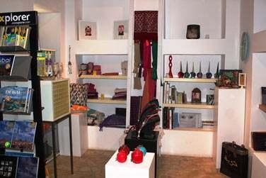 Sa très jolie boutique propose des objets d'art et d'artisanat locaux
