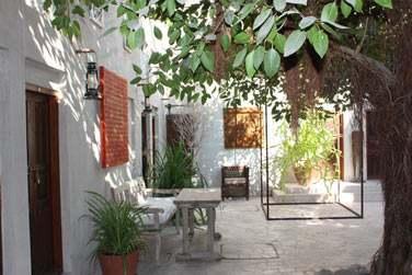 Des petites tables, des banquettes aux tissus anciens chinés dans les souks... pour des moments de tranquillité