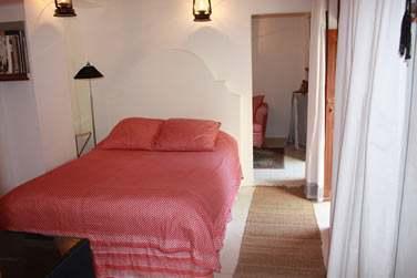 Intérieur d'une chambre standard, un décor sobre et élégant pour une petite retraite au coeur du Vieux Dubaï