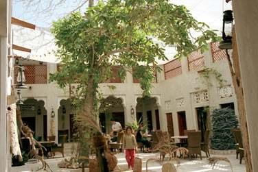 La cour intérieure principale abrite également la terrasse de XVA Café