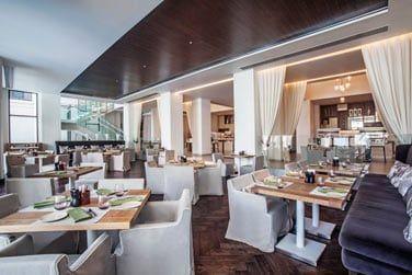La salle intérieure du restaurant principal 3in1 pour tous vos repas