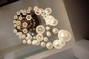 Une décoration très réussie, moderne et épurée. Les luminaires embellissent les lieux !