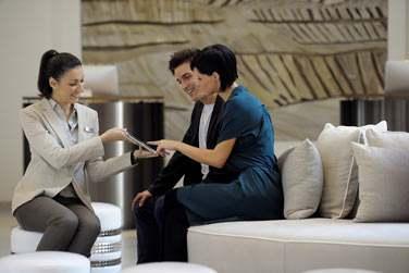 Le check-in sur tablette confortablement installés dans les espaces détente de la réception