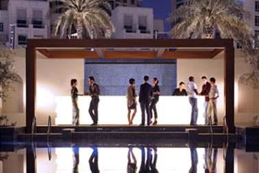 Le bar de la piscine le soir venu. Une ambiance trendy et animée