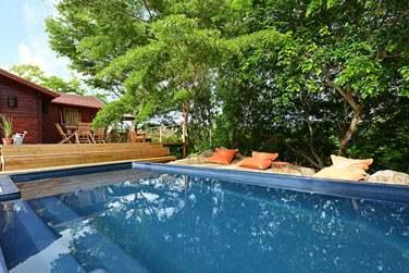 Otentic possède une piscine aménagée et entourée de transats