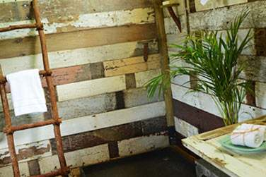 Intérieur de la salle de bain en tente avec douche