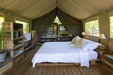 Intérieur de la tente, une déco nature tès originale, simple mais très confortable