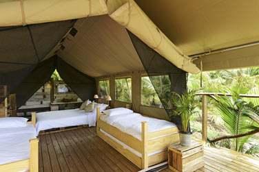 Les 2 lits simples pour les enfants dans la tente, donnant sur une terrasse extérieure