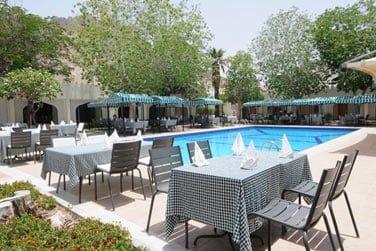 Le restaurant en bord de piscine