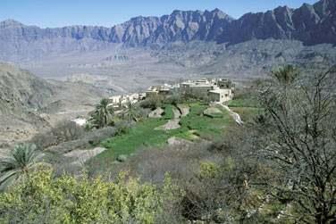 Vue aérienne sur le plateau de Sayq, entouré par les montagnes du massif du Hajjar