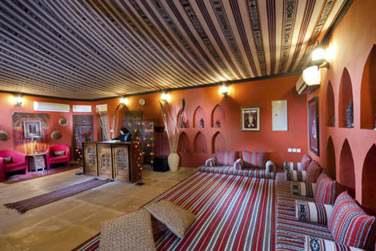 Le luxueux campement dispose d'un salon avec bibliothèque, lecteur DVD et jeux de société