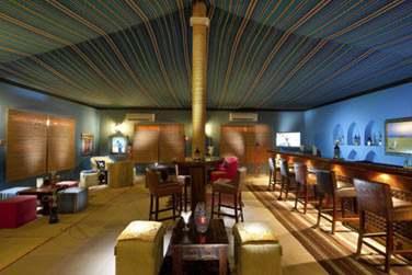 La salle intérieure du restaurant Two Dunes offre un décor traditionnel, sous tente