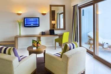 Le salon de la Suite Marina donnant sur le balcon privé