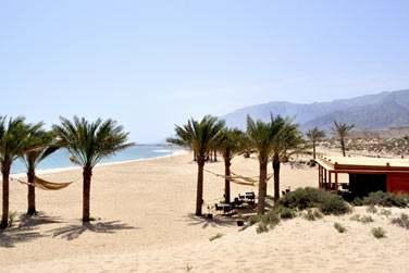 La plage de Jebel Sifah est accessible à pied. C'est ici que se trouve le restaurant As Sammak