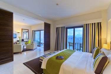 La chambre de la Suite Marina donnant sur le balcon privé et le salon