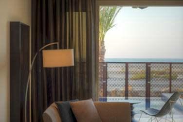 La chambre de la Suite plage donnant sur une terrasse avec petite piscine privée