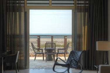 le salon de la Suite plage donnant sur une spacieuse terrasse face à la mer et en bord de plage