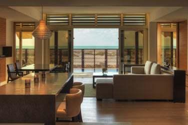 Le salon de la Villa Executive, donnant sur une spacieuse terrasse avec piscine privée