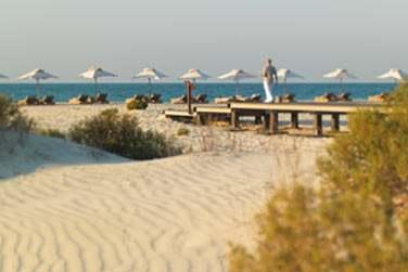 La plage aménagée de l'hôtel offrant espace et vue dégagée sur la mer