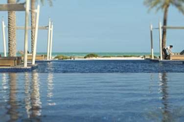 La piscine de l'hôtel offrant une très belle vue sur la plage et les eaux turquoise de la mer d'Arabie