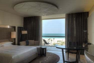 La chambre vue mer donnant sur un balcon offrant une très belle vue sur la plage de Saadiyat et la mer d'Arabie