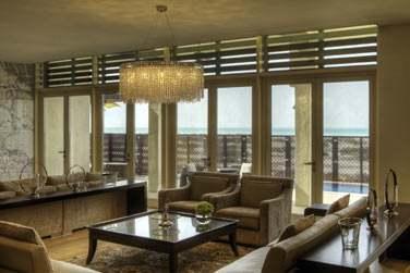 Le salon de la villa Royale, donnant sur une spacieuse terrasse face à la mer