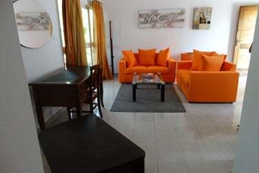 La salle de séjour ouverte sur un coin salon est spacieuse et lumineuse