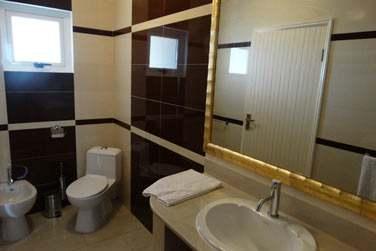Salle de bain moderne et spacieuse