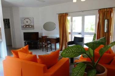 Le salon moderne et coloré de l'appartement de 2 chambres