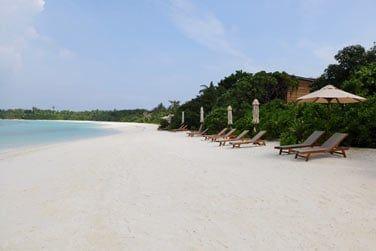 L'hôtel est bordé par une longue plage de sable fin caressée par une eau turquoise...