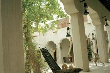 Une villa, ancienne maison Emirati, et sa cour intérieure abritée du soleil par des voilages