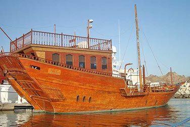 Profitez d'une croisière au coucher du soleil à bord d'un navire de commerce traditionnelle arabe appelé 'dhow'