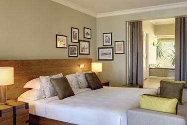 Décor sobre et élégant pour les spacieuses chambres de l'établissement