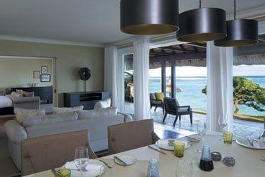 La villa front de mer et son spacieux salon ouvert sur la terrasse