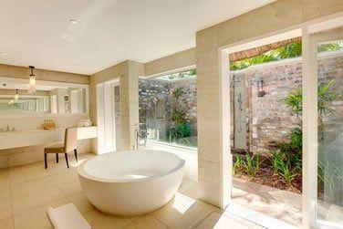 La salle de bain spacieuse de la Senior Suite