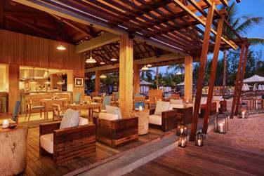 Le Edgewater Bar & Grill Beach Restaurant à la tombée de la nuit... On change d'ambiance !