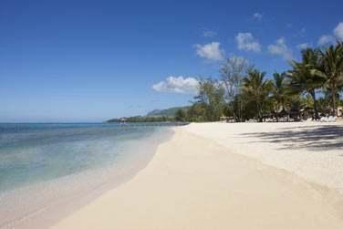 L'hôtel Outrigger se situe en bordure d'une belle et longue plage de sable blanc