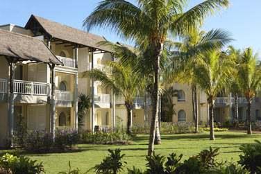 Les chambres situées dans des petits pavillons au toit de chaume sont disséminés dans les jardins exotiques