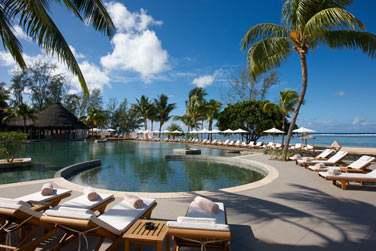 La piscine principale de l'hôtel face à la mer