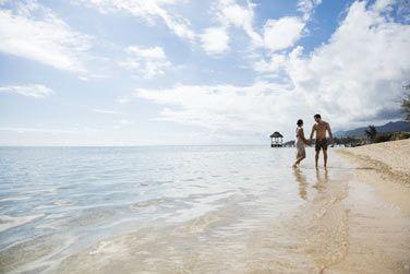 Promenez-vous mains dans la main au bord de la plage