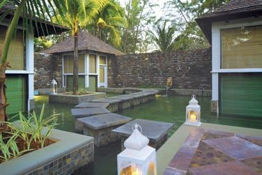 Les pavillons du Spa sont situés au-dessus de petits bassins...