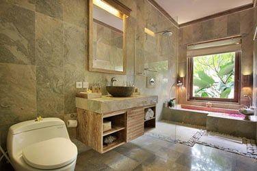 Et une grande salle de bain avec baignoire.