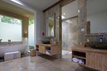 et son immense salle de bain