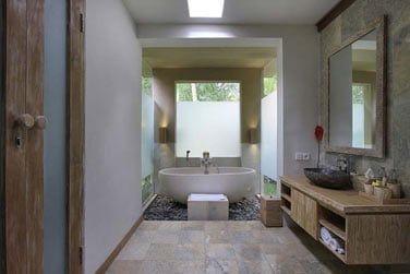 avec baignoire semi-ouverte sur l'extérieur.