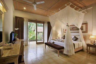 Les Suites vue jardin sont spacieuses, joliment décorées avec un lit king-size à baldaquins.