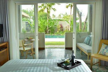 Les chambres sont toutes alignées au bord de la piscine. Au rez-de-jardin avec une petite terrasse...